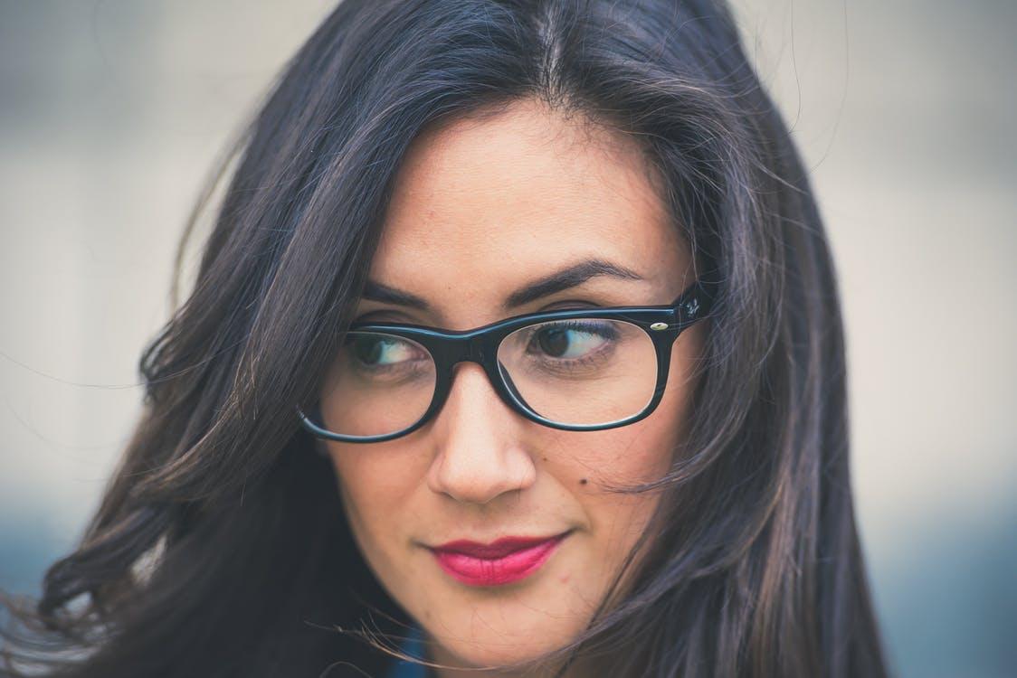 5 astuces maquillage pour celles qui portent des lunettes