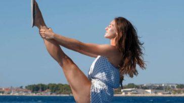 femme cuisses musclées exercices yoga jambes fuselées plage