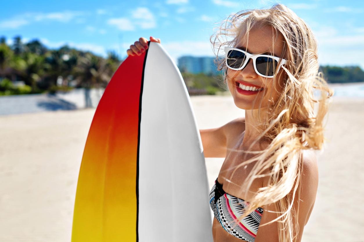 été plage vacances surf blonde lunettes de soleil maillot de bain