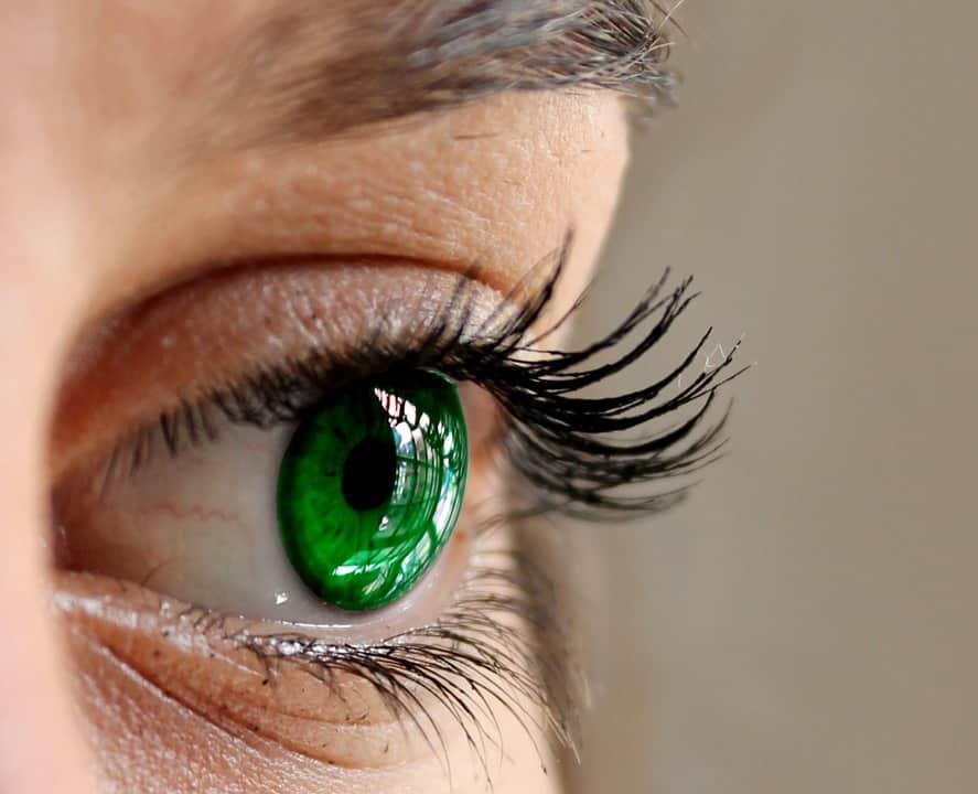 yeux verts traits de personnalité