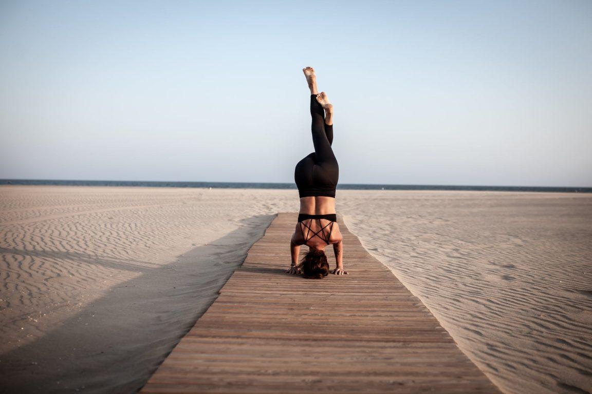 posture de yoga plage