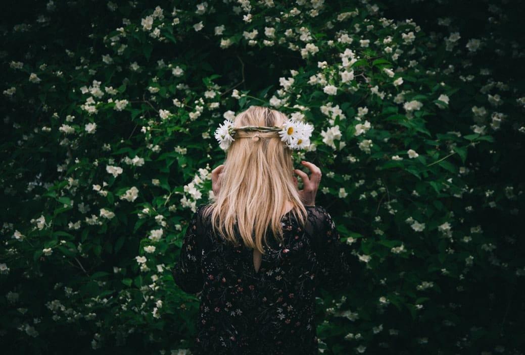 femme cheveux nature fleurs