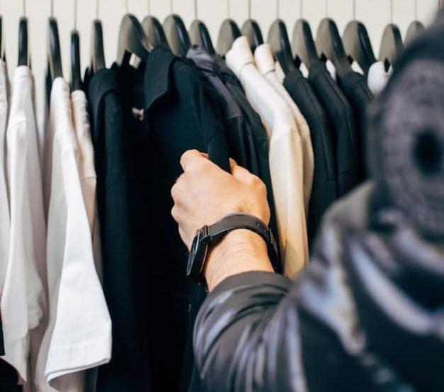 homme parfait faire du shopping vêtements veste