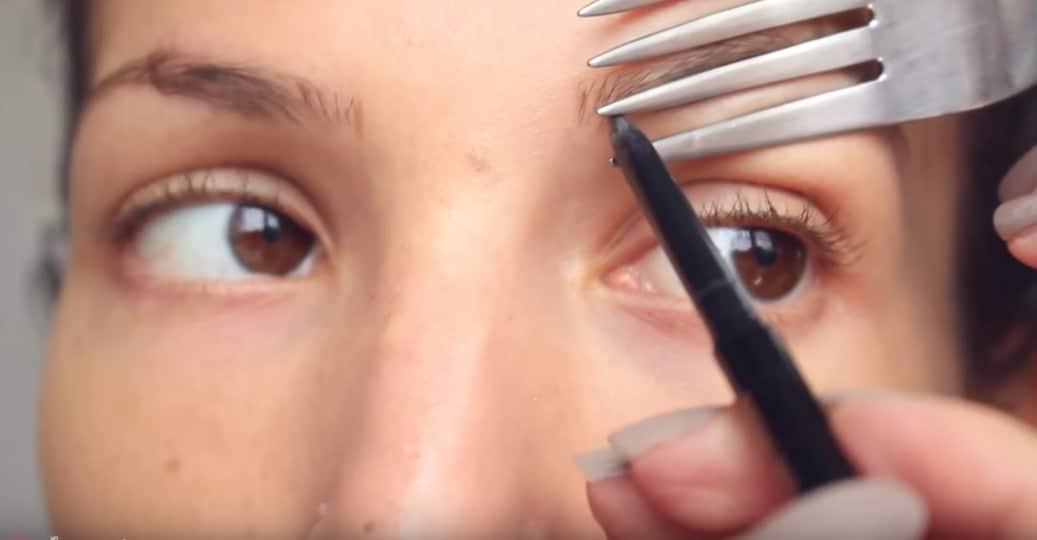 trait sourcils fourchette astuces maquillage insolites
