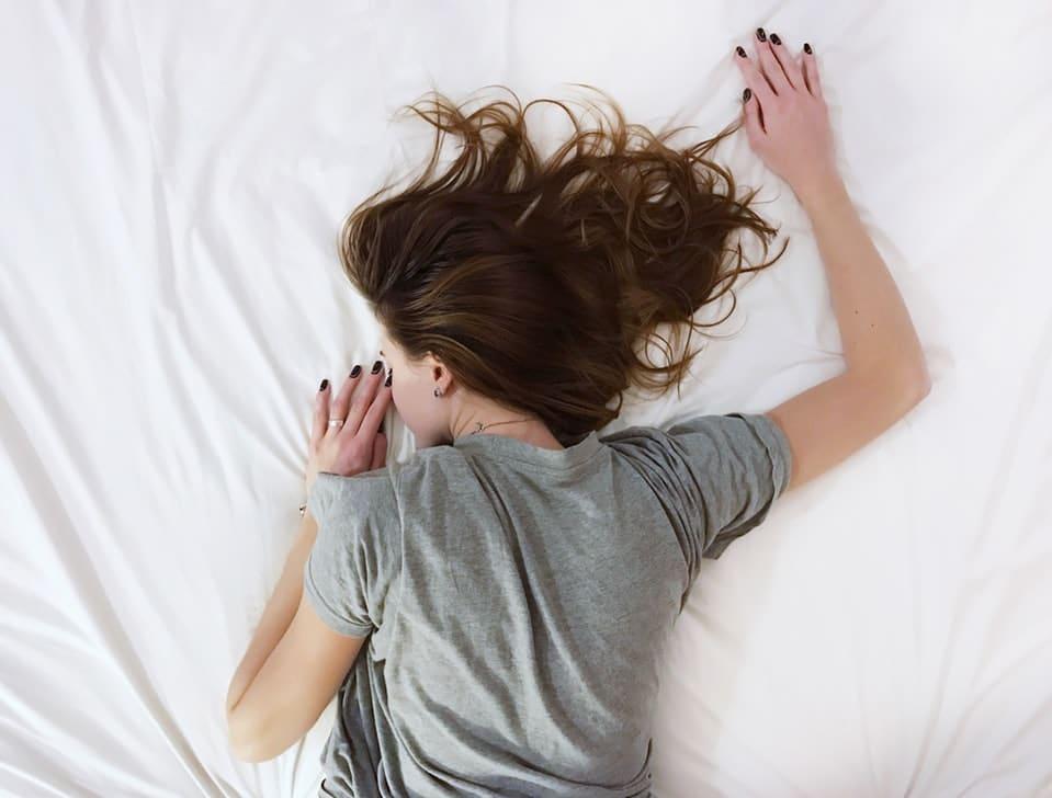dormir sur le ventre position lit sommeil