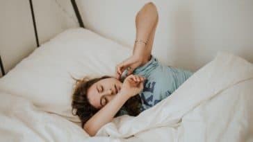 s'étirer étirement dormir lit couette se reveiller matin position sur le cote sommeil