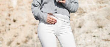 pantalon blanc boire du cafe