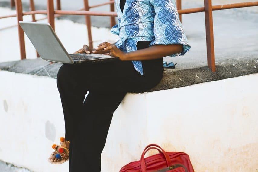 pc ordinateur travailler pantalon noir femme morphologie