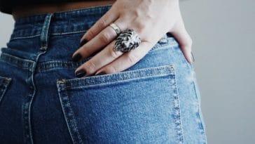 cacher fesses poche arriere pantalo jean bague tatouage