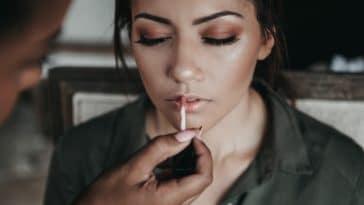 affiner nez maquillage astuces gloss lèvres rouge