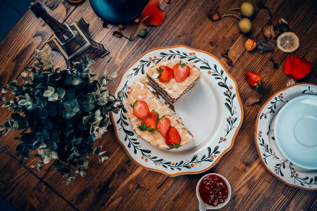 assiettes de grand mère plat fraises gâteau