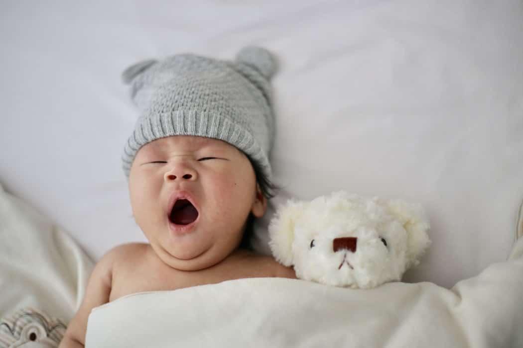 jeune maman bébé enfant choses