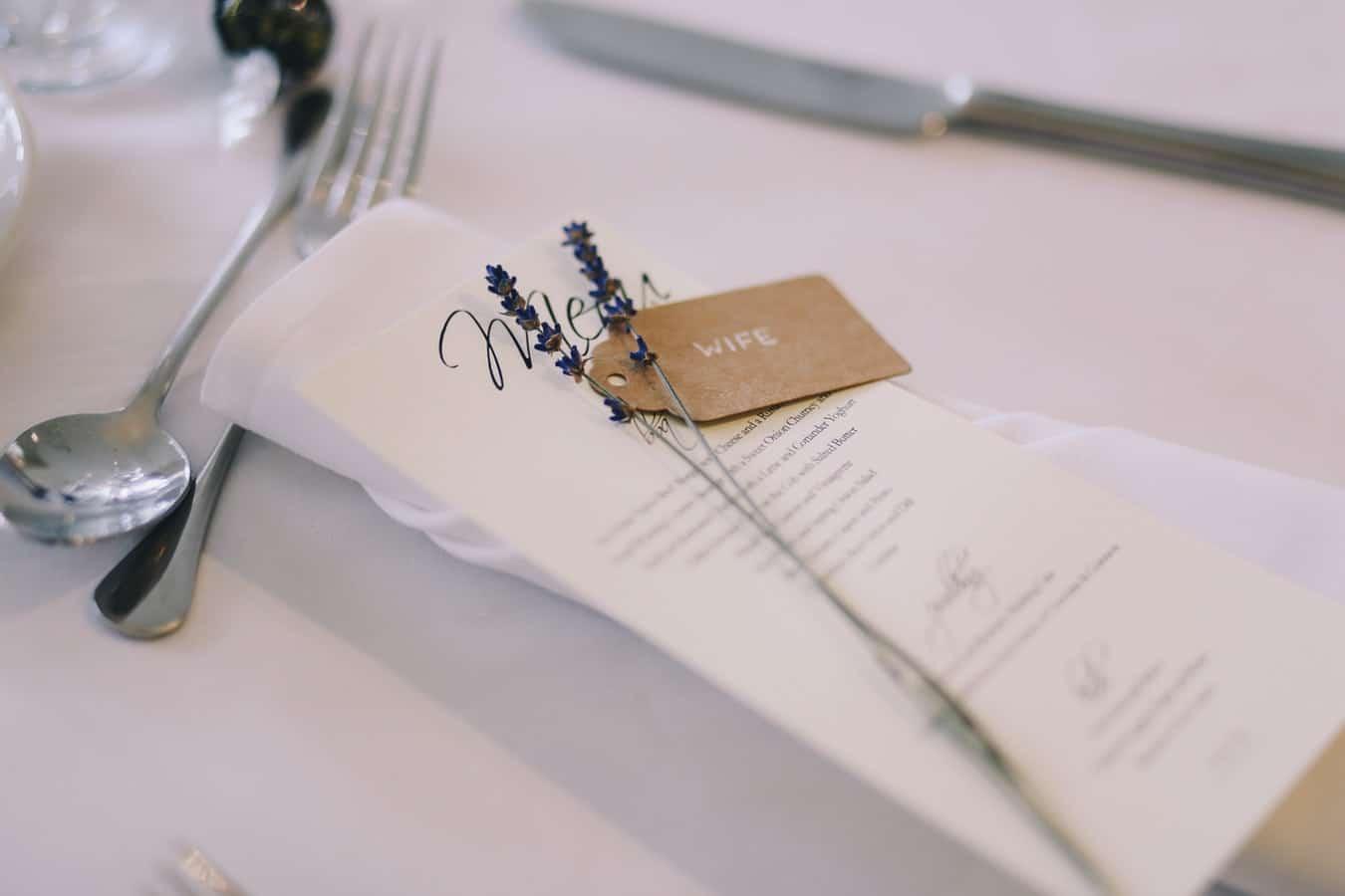 déco de mariage tables brins de lavande serviette invités