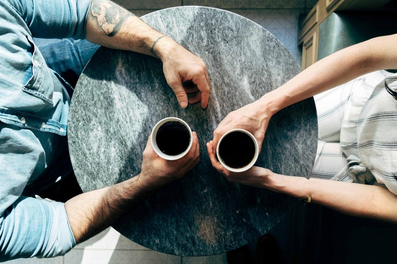 draguer cafe couple terrasser tromper