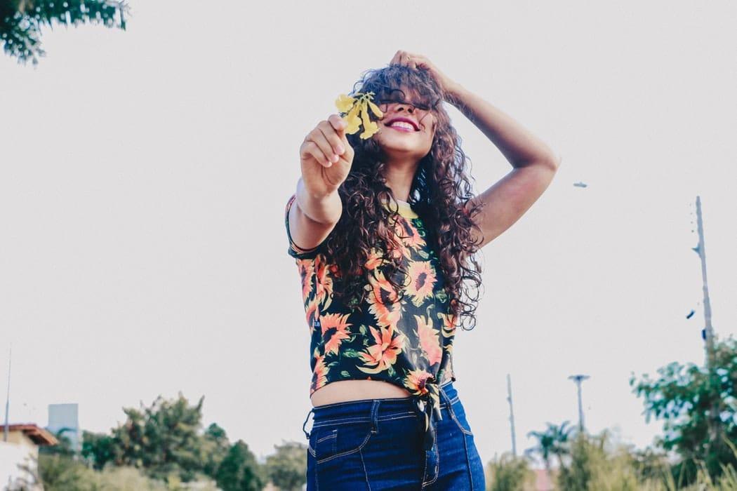 fleur mode chemise jean cheveux boucles rire joie