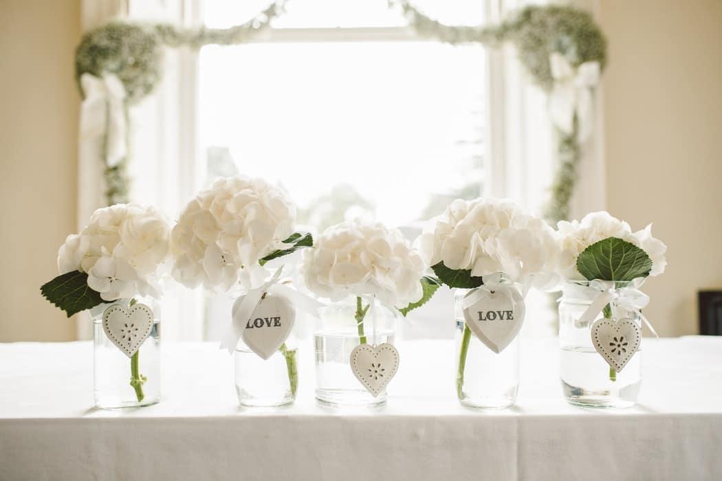 fleurs mariage déco de table roses bocal