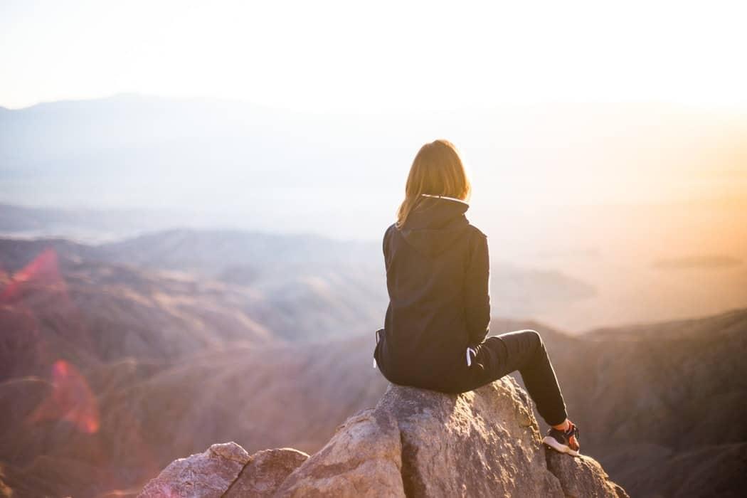 montagne escalade nature femme de dos