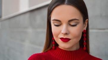rouge à lèvres maquillage pull rouge femme boucles oreilles