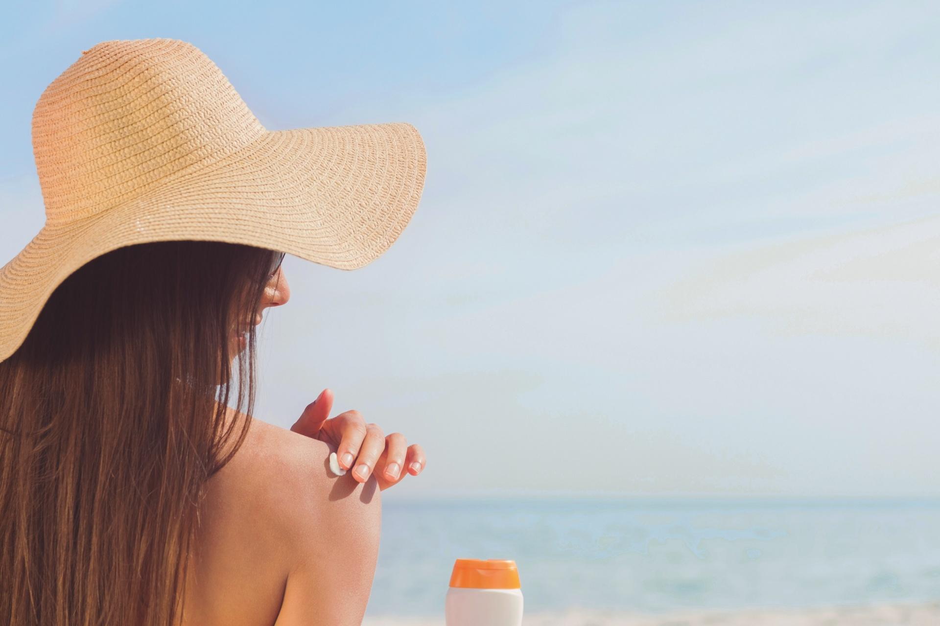 mettre de la crème protéger sa peau seins tombent été soleil