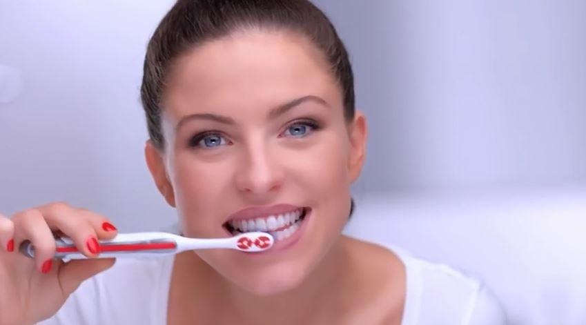 se brosser les dents femme pub