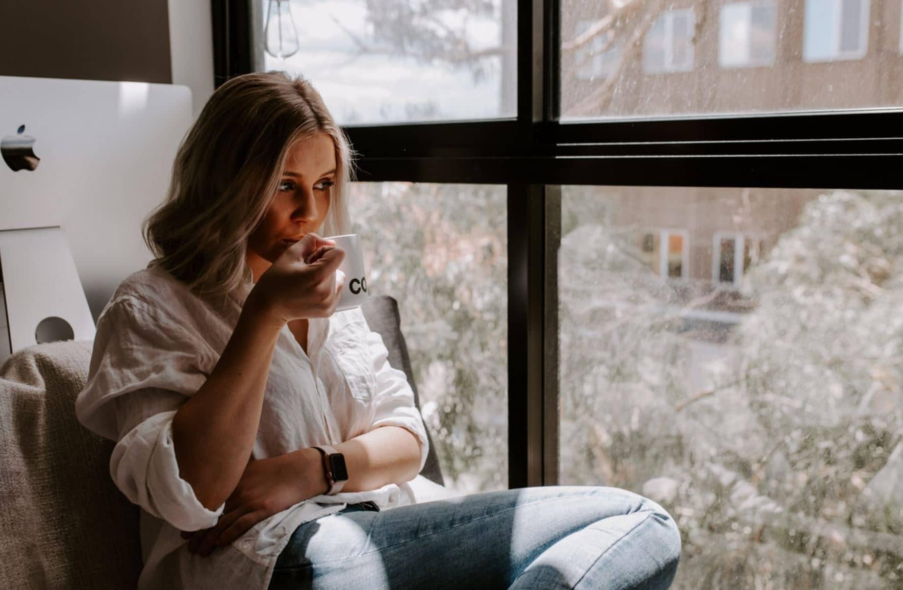 boire thé café confinement fenêtre ennui