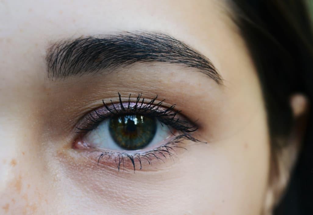 sourcils noirs yeux morphologie visage forme maquillage naturel peau