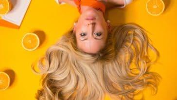 coiffure cheveux longs blonde femme oranges
