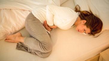 règles douloureuses douleur lit femme