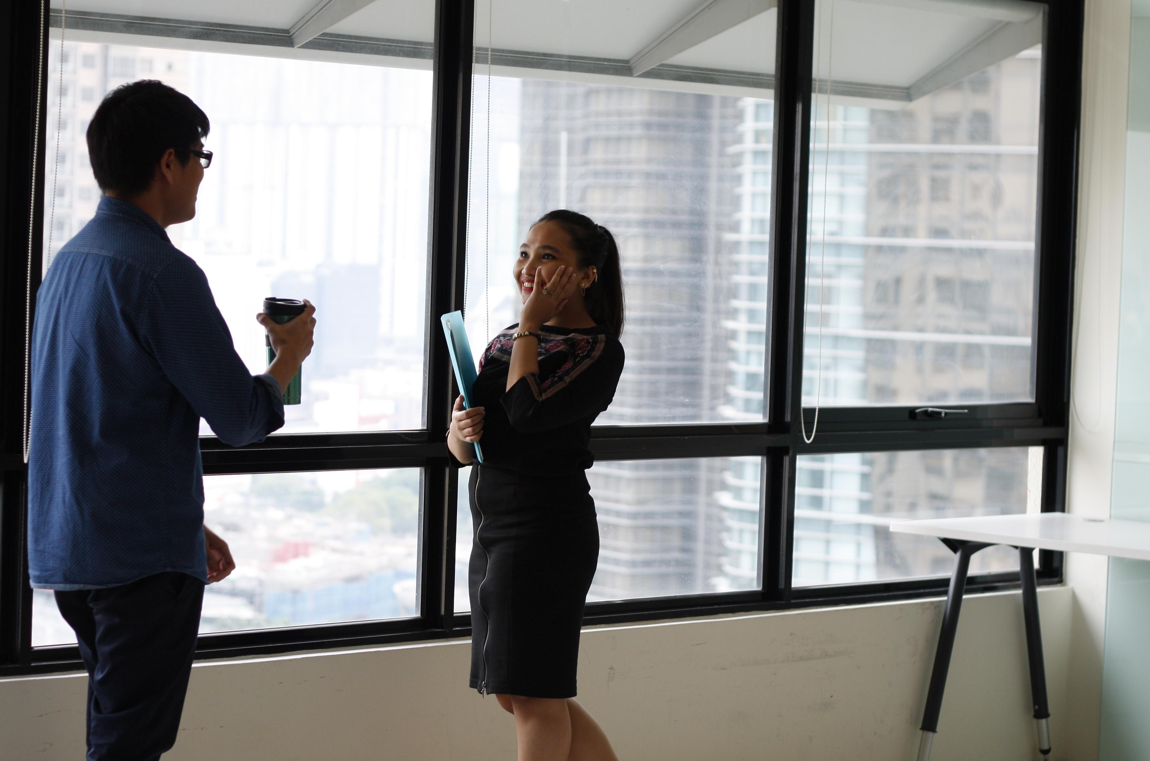 collègues salariés entreprise discussion conversation parler blancs
