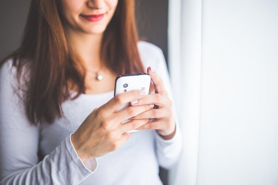 textoter sur son smartphone avant de se coucher problèmes de sommeil