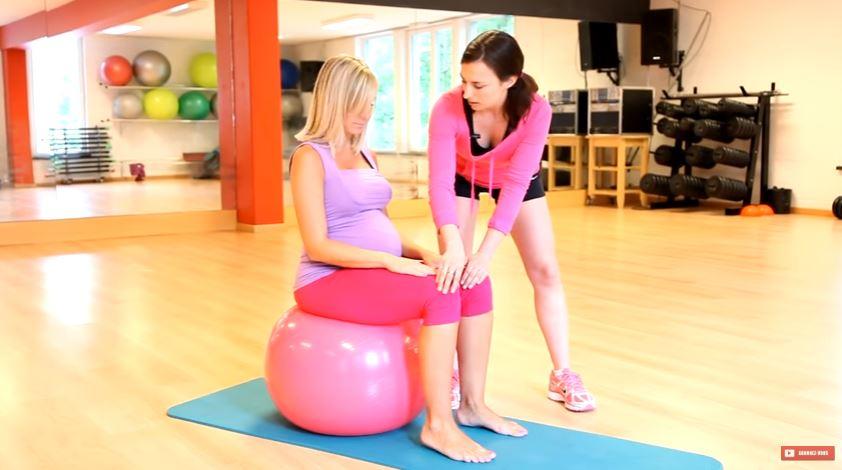 ballon de grossesse femme enceinte exercices de gym