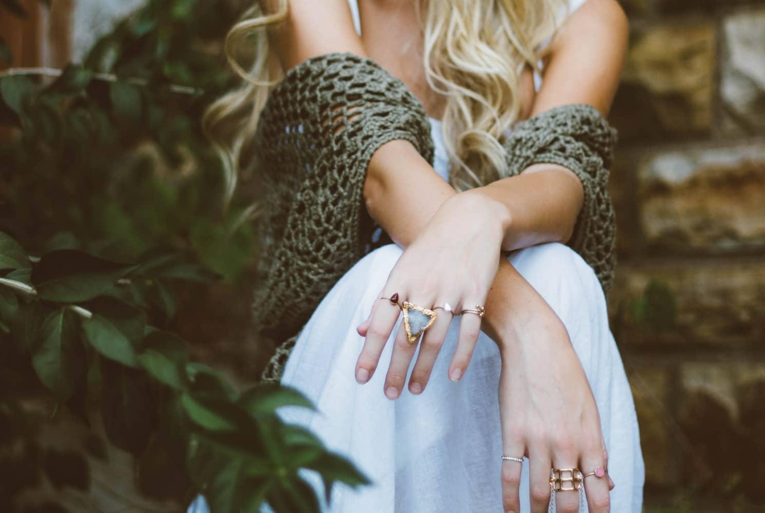 forme bagues mains doigts blonde robe mode