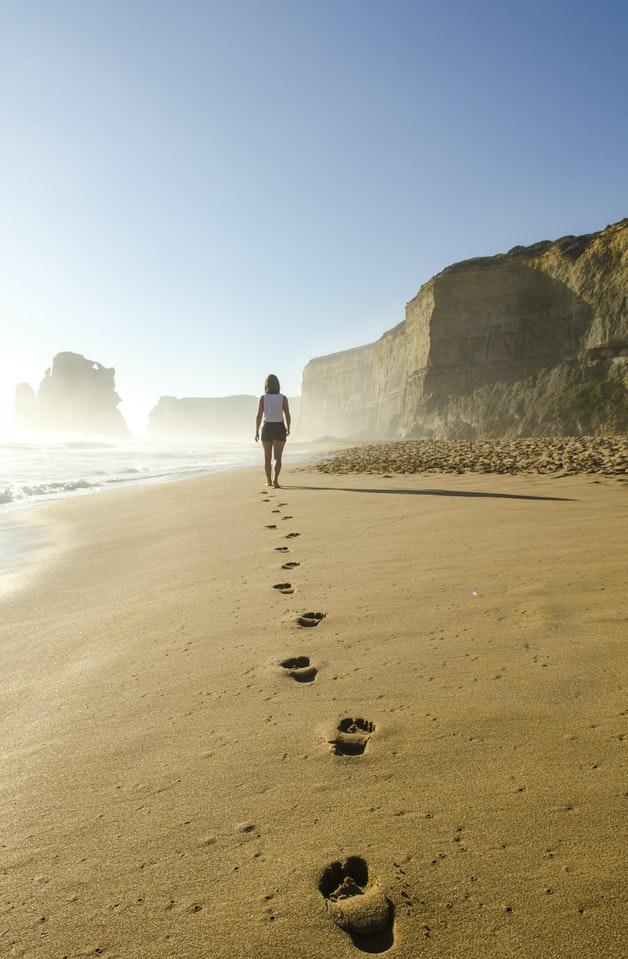 pieds dans le sable plage vacances soleil
