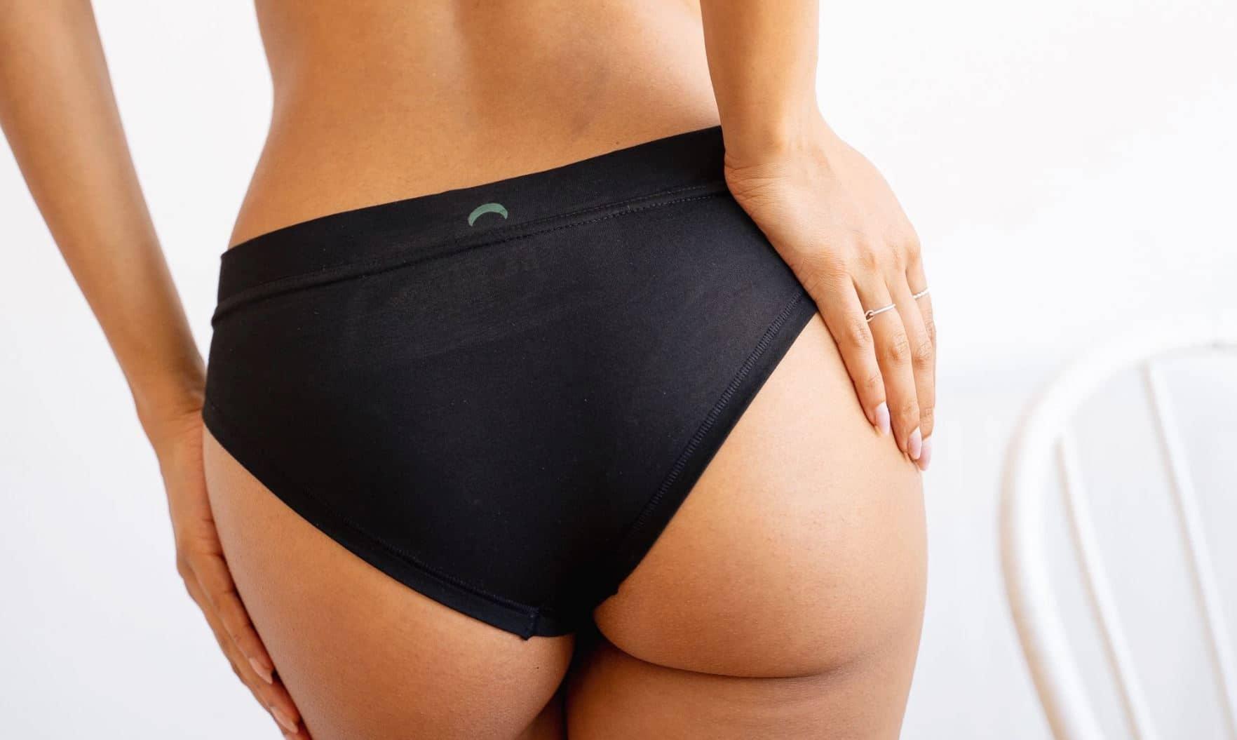 pertes blanches fesses sous vetements culotte noire lingerie intimité