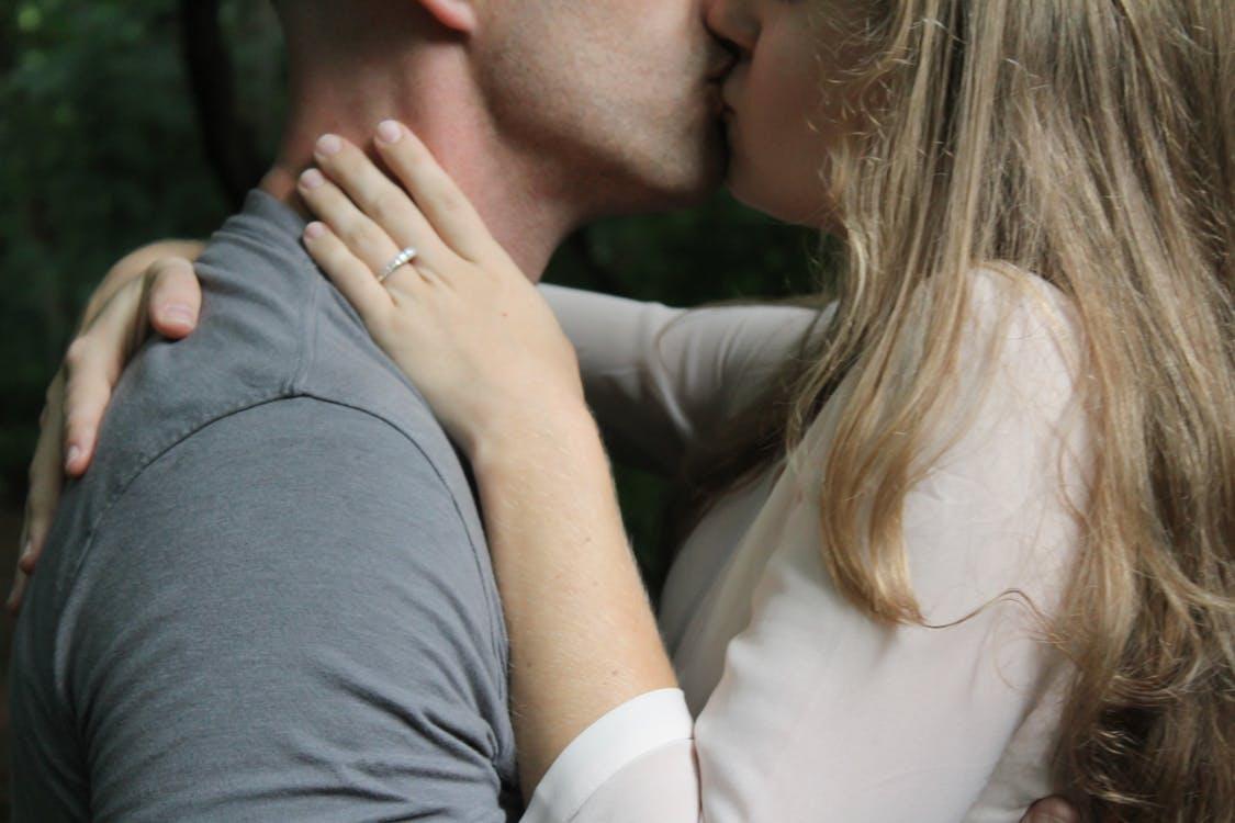 pourquoi s 39 embrasse t on sur la bouche pour t moigner son amour 100 f minin. Black Bedroom Furniture Sets. Home Design Ideas