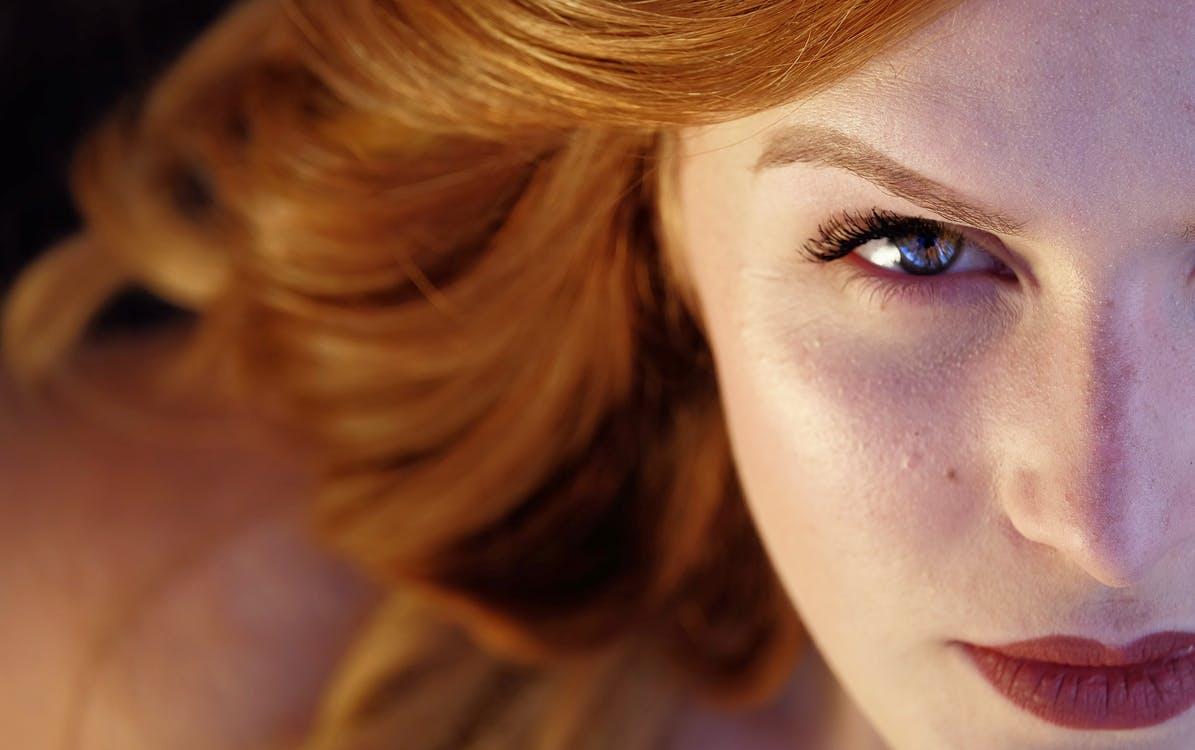 avantages à être une fille femme yeux maquillage