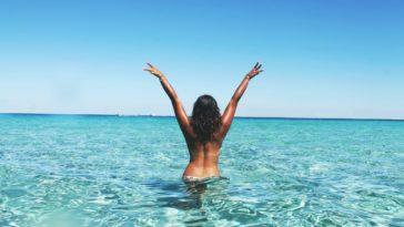 avantages à être une fille eau plage joie