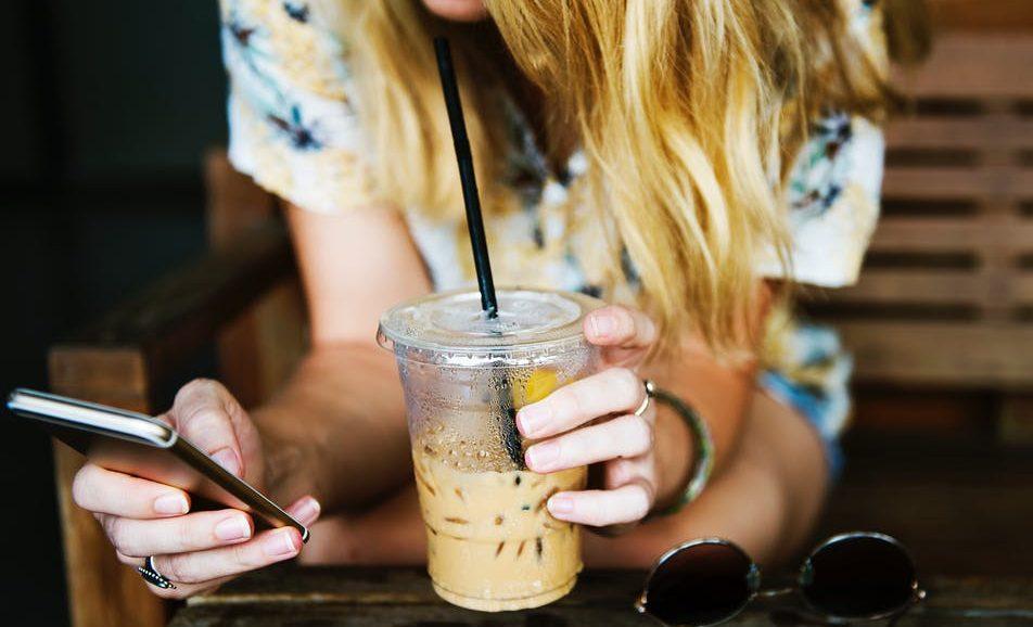 smoothie blonde femme boire astuces remèdes naturels maux de ventre