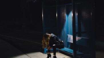 rentrer seule de soirée arrêt de bus femme