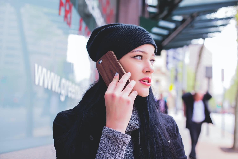 téléphoner en marchant personnalite femme smartphone téléphone