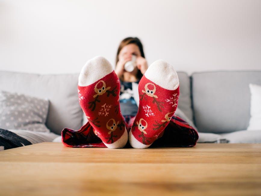 chaussettes canapé boire thé se réchauffer