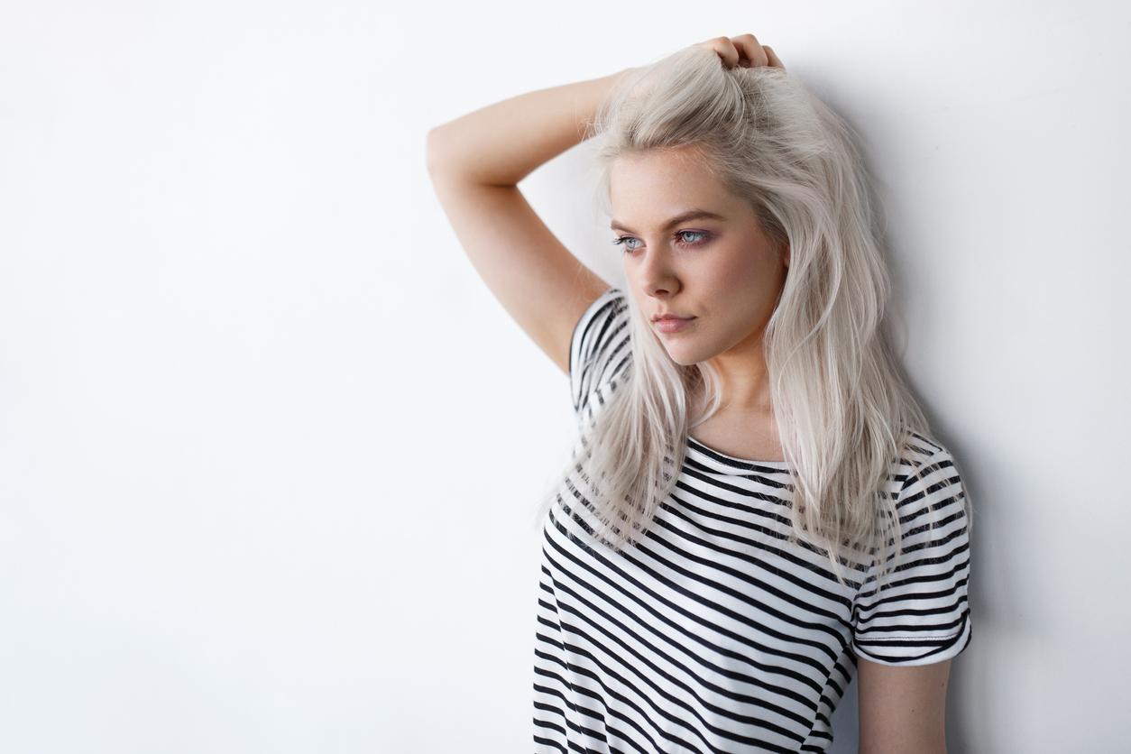 femme blonde cheveux couleur colorés marinière tee shirt mode