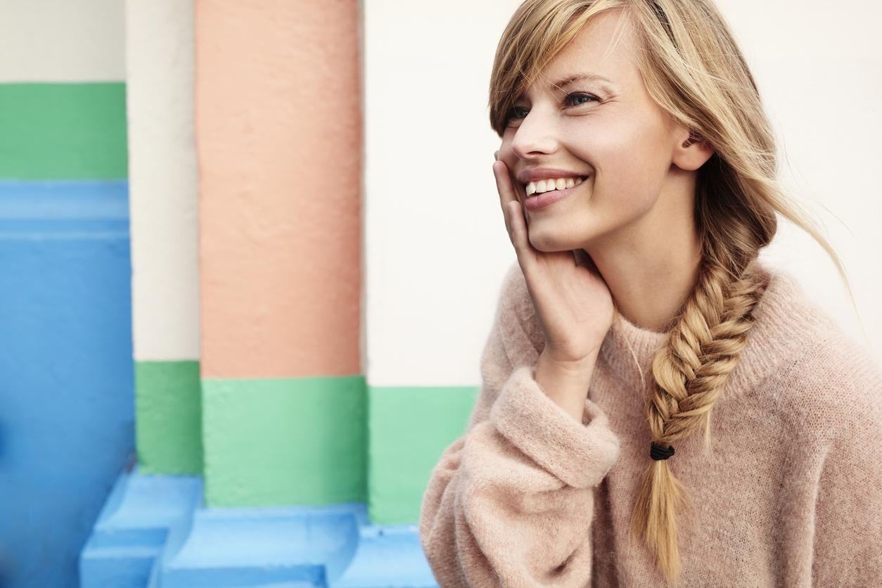 cheveux tresse coupe femme blonde sourire