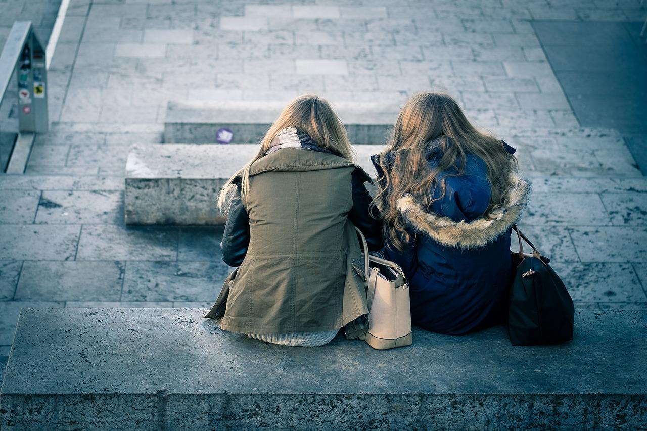 copines parler amies assises