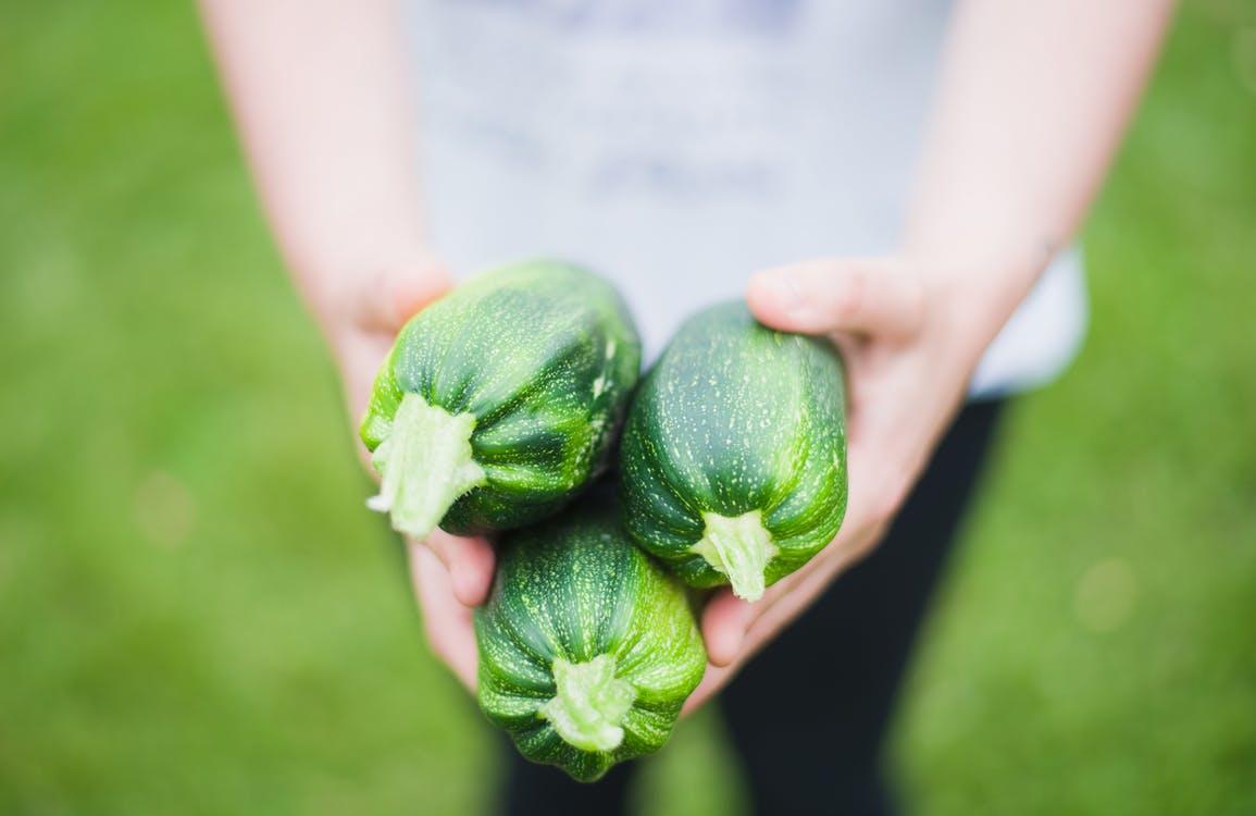 aliments ventre plat courgettes légumes