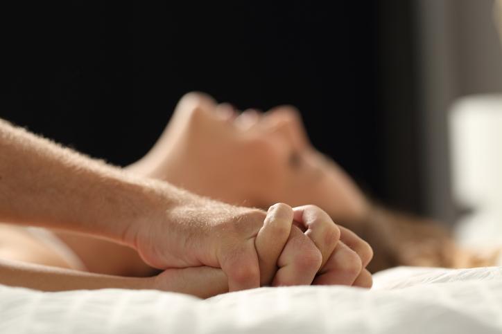 faire amour amoureux couple lit