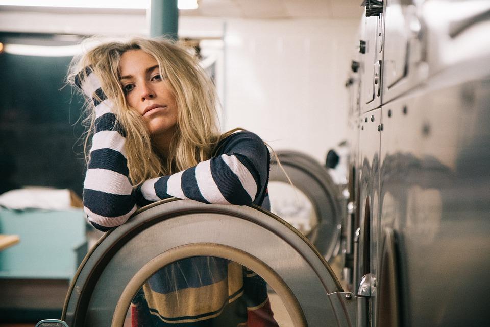 machine à laver femme étendre son linge intérieur