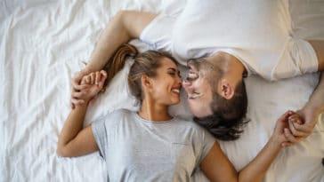 couple rire chambre sexe amour anecdotes lit