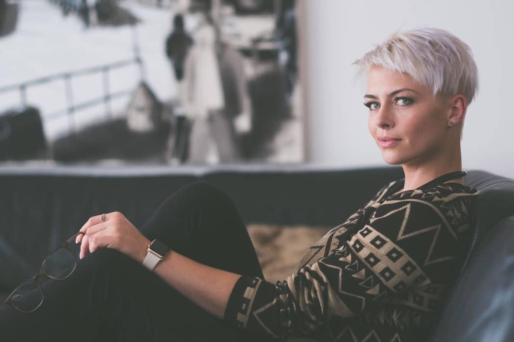 femme âge mur blonde sourire ménopause