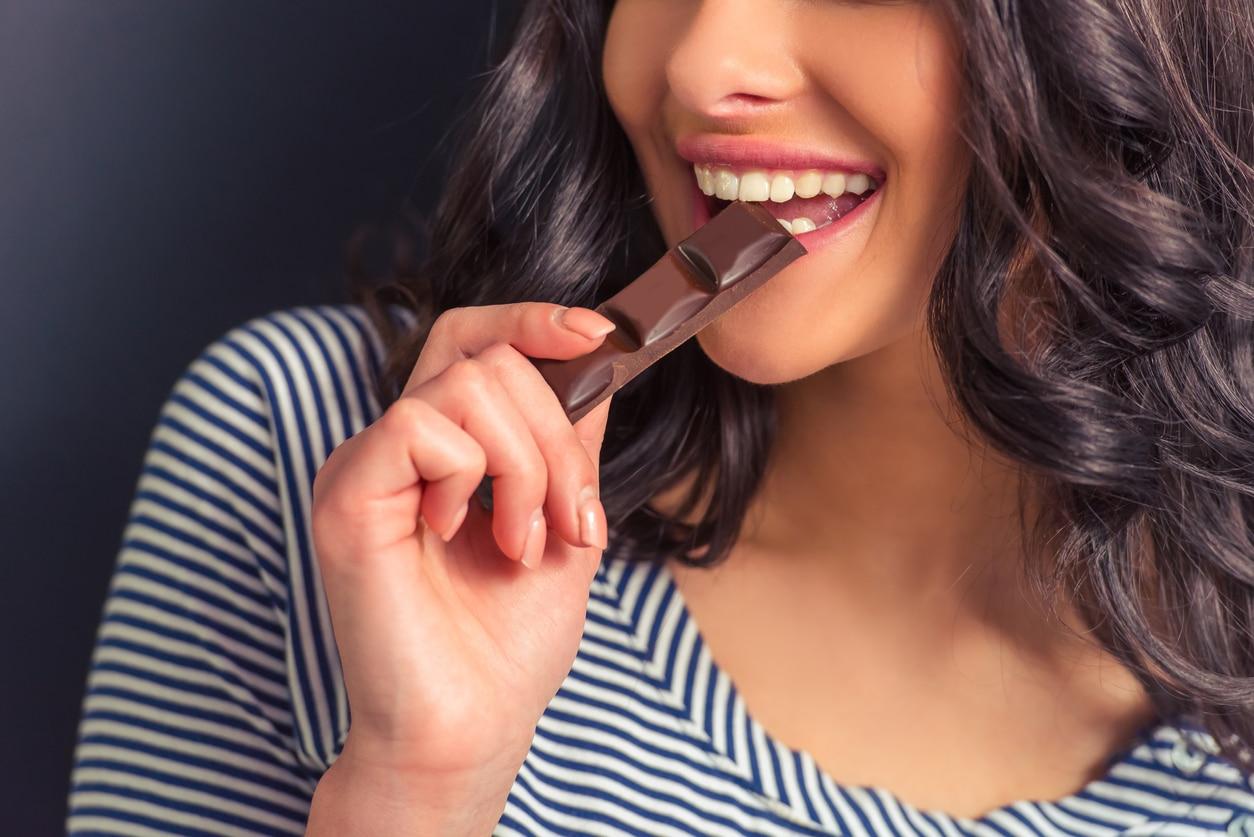 manger barre de chocolat femme